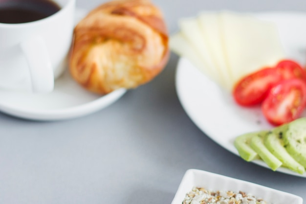 Размытый вид на тарелку для завтрака и кофе