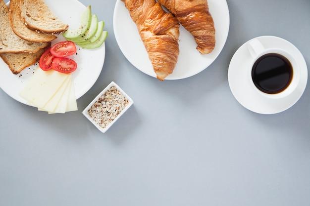 健康的な朝食とコーヒーのオーバーヘッドビュー