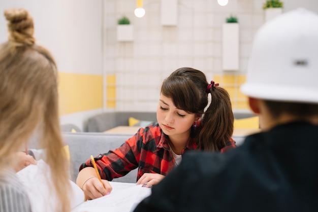 クラスで勉強している夢中の女子大生