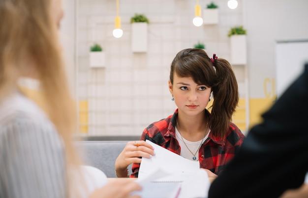 深刻な女子学生の教室