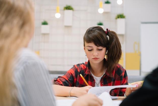 ノートで書いている若い女の子