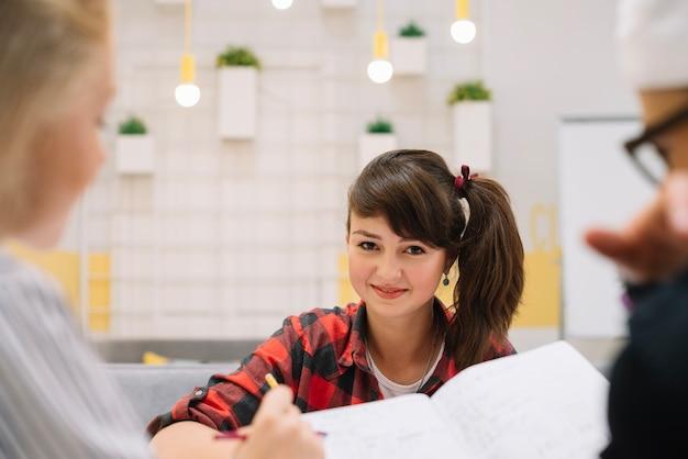 女の子、教室、笑顔
