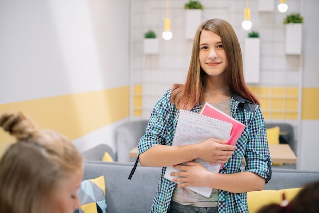 Молодой очаровательный студент с книгами