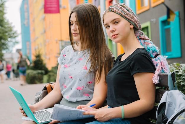 通りで勉強している学生