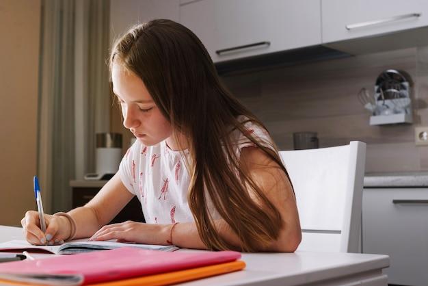家で勉強する集中少女