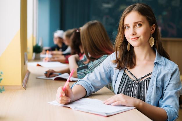 Студенческий подросток смотрит на камеру