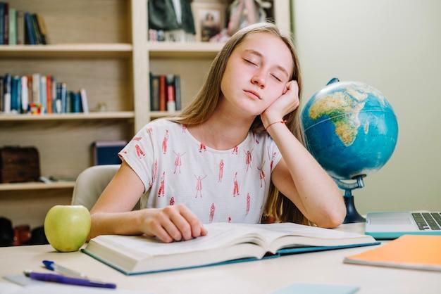 Сонный студент в книге