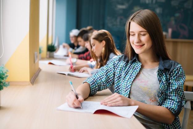 陽気な十代は宿題を準備する
