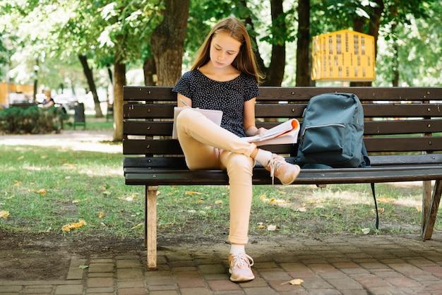 公園での試験準備学生