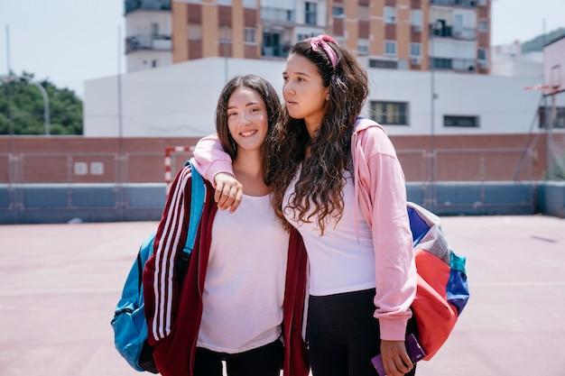 校庭の女子学生