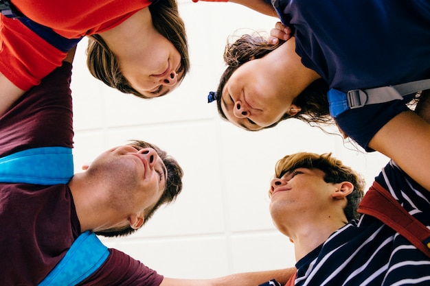 Вид снизу четырех школьников