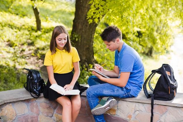 少年読書の教科書と少年のメモ