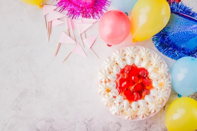 ホイップクリームと誕生日の装飾を施したケーキ
