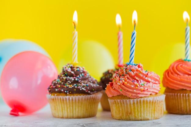 お祝いやキャンドルのカップケーキ