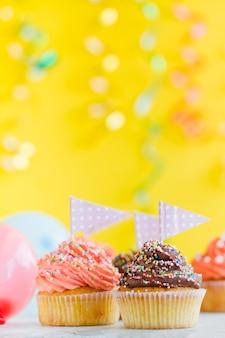 小さな旗のカップケーキ