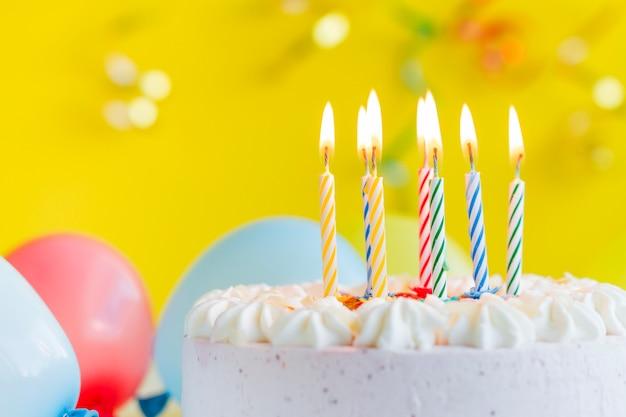 お祝いのケーキのキャンドル
