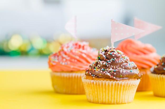 スプリンクルとフラッグを持つカップケーキ