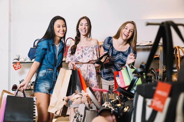 ショッピングモールの女性たち