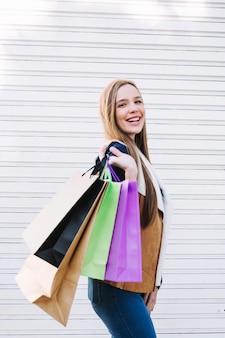 Стильная девушка позирует с сумками