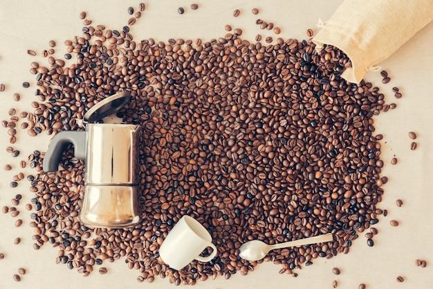 Концепция кофе с мока-горшочком и чашкой