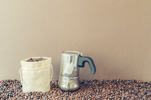 Концепция кофе с мешком рядом с мока-банком