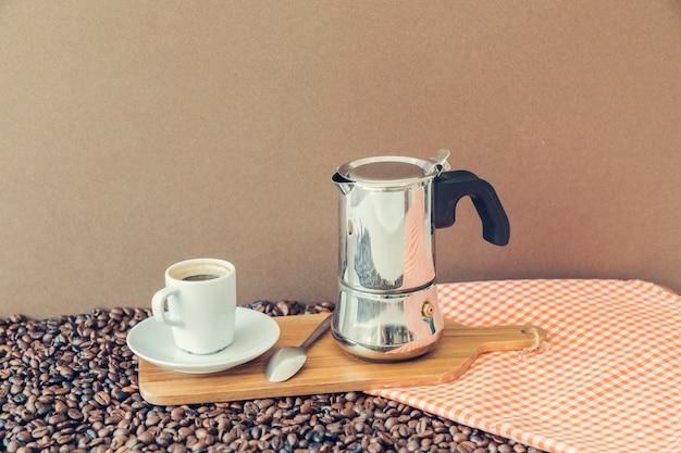 Концепция кофе с доской и тканью