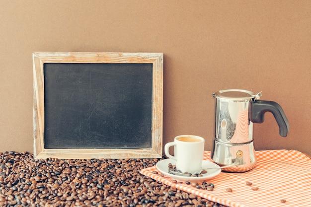 Концепция кофе со сланцем, горшком мока и чашкой