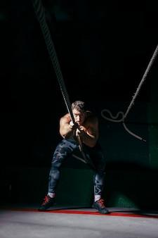 ロープを引っ張る男