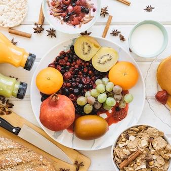 プレートと健康的な朝食のコンセプト