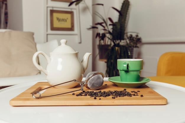 Чайный набор на деревянной доске