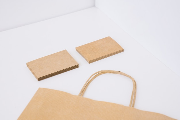 段ボールの名刺と紙袋