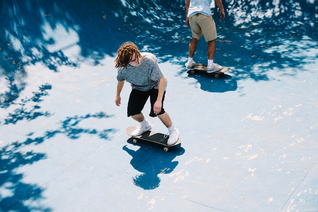 公園のスケートボードで過酷な人々