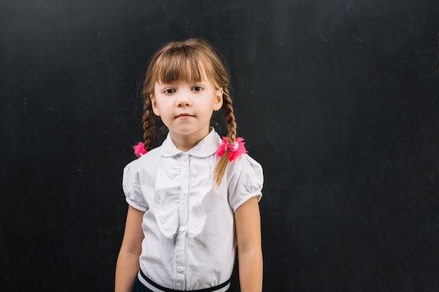 黒板にひもで愛らしい女の子
