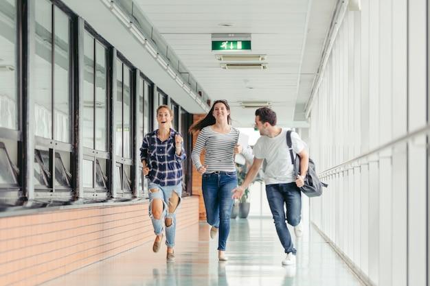 走っている陽気な学生