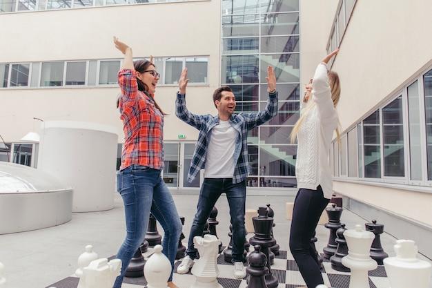 チェスボードで体を冷やす人々