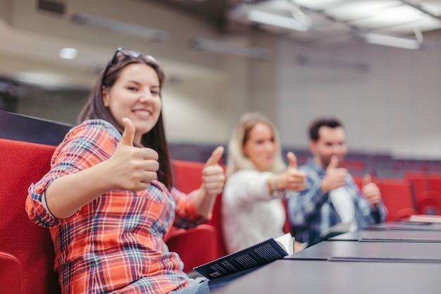休憩中に親指を上げる学生