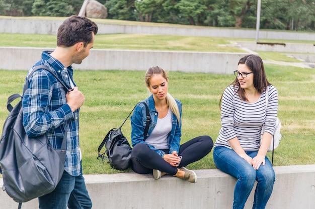 外で話す仲間の学生