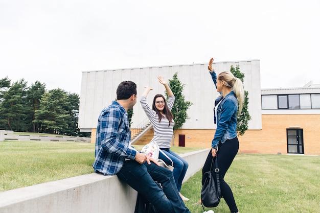 大学の中庭で楽しむ友達