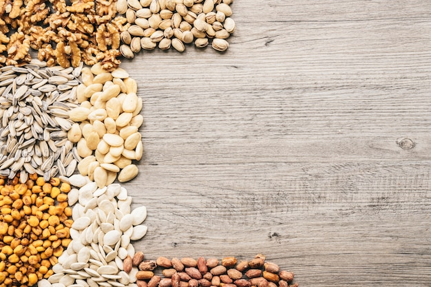 Различные виды орехов на деревянной поверхности