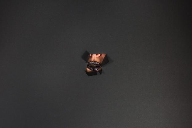 紙の涙の黒い唇