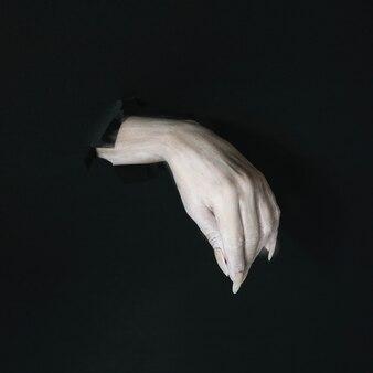 壁から手を振る