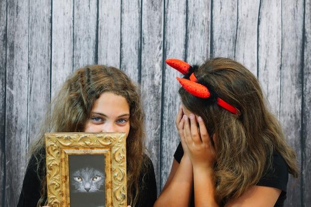 女の子たちは顔を隠している