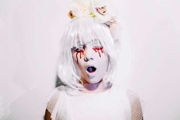 血の涙があふれている少女