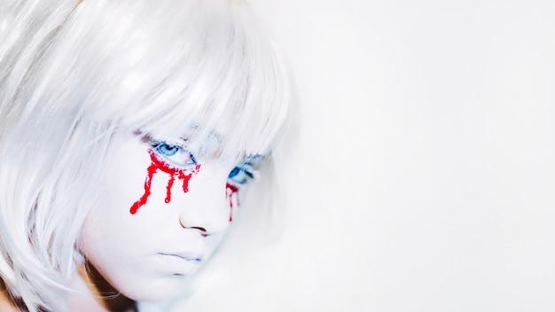 白いかつらの悲しい少女