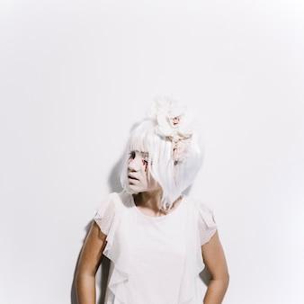 白いドレス、かつら、チャペルの女の子