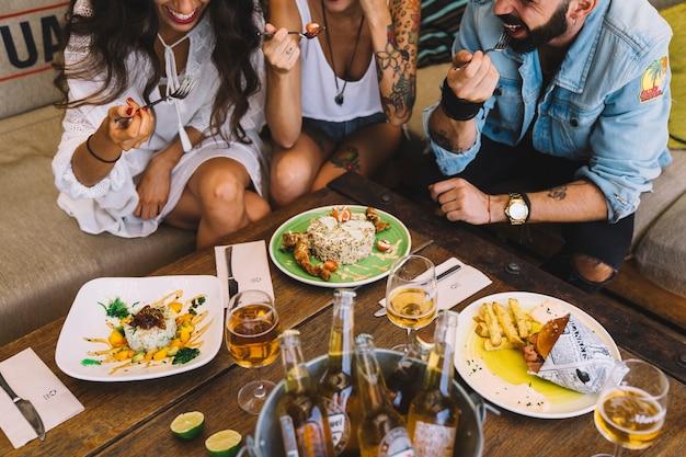 Друзья с вкусными блюдами