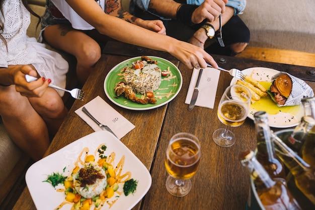Друзья с пищей и пивом