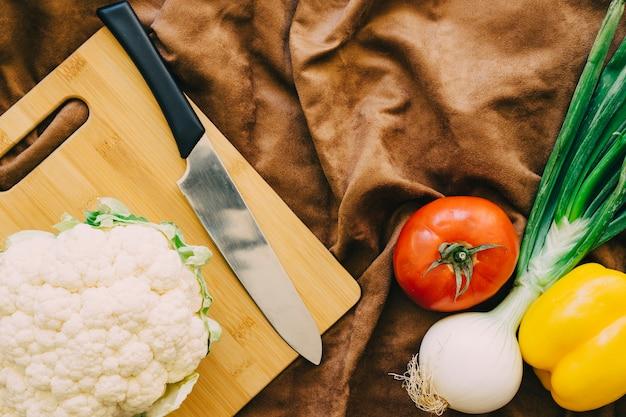 カリフラワーとナイフと野菜の組成