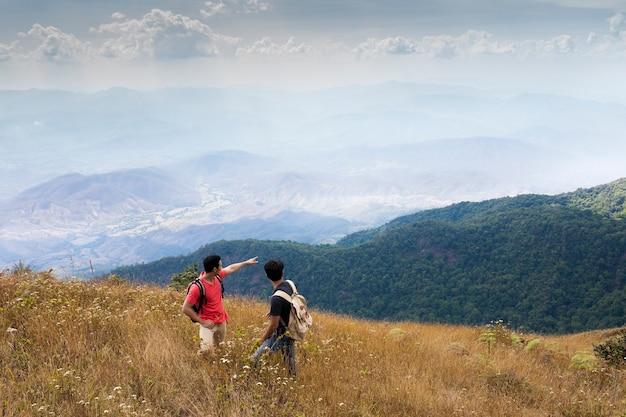 Туристы, указывающие на горы