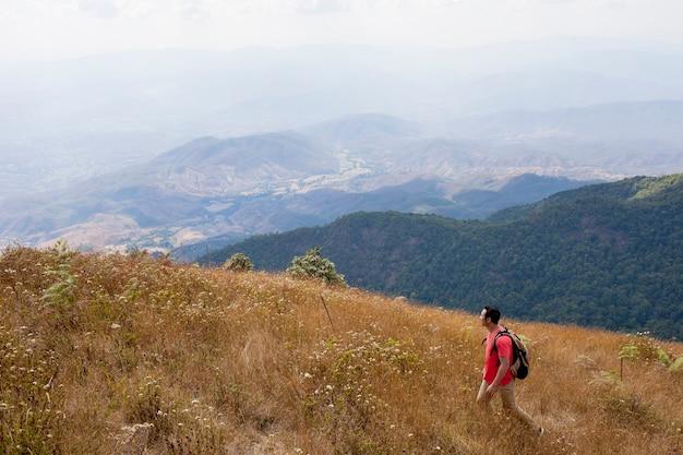 山の中のハイカー